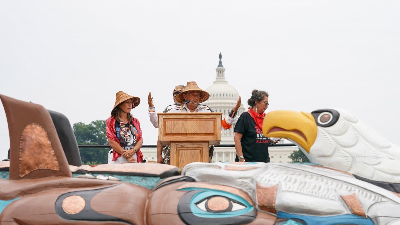Индианци транспортираха до Вашингтон огромен тотем, за да привлекат внимание към опазването на свещените за тях места в САЩ