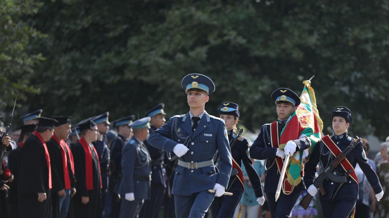 """Първи офицерски пагони получиха випускниците на ВВВУ """"Георги Бенковски"""""""