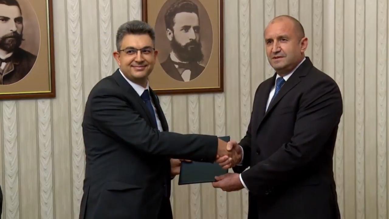 Пламен Николов от ИТН прие мандата от Румен Радев за съставяне на правителство