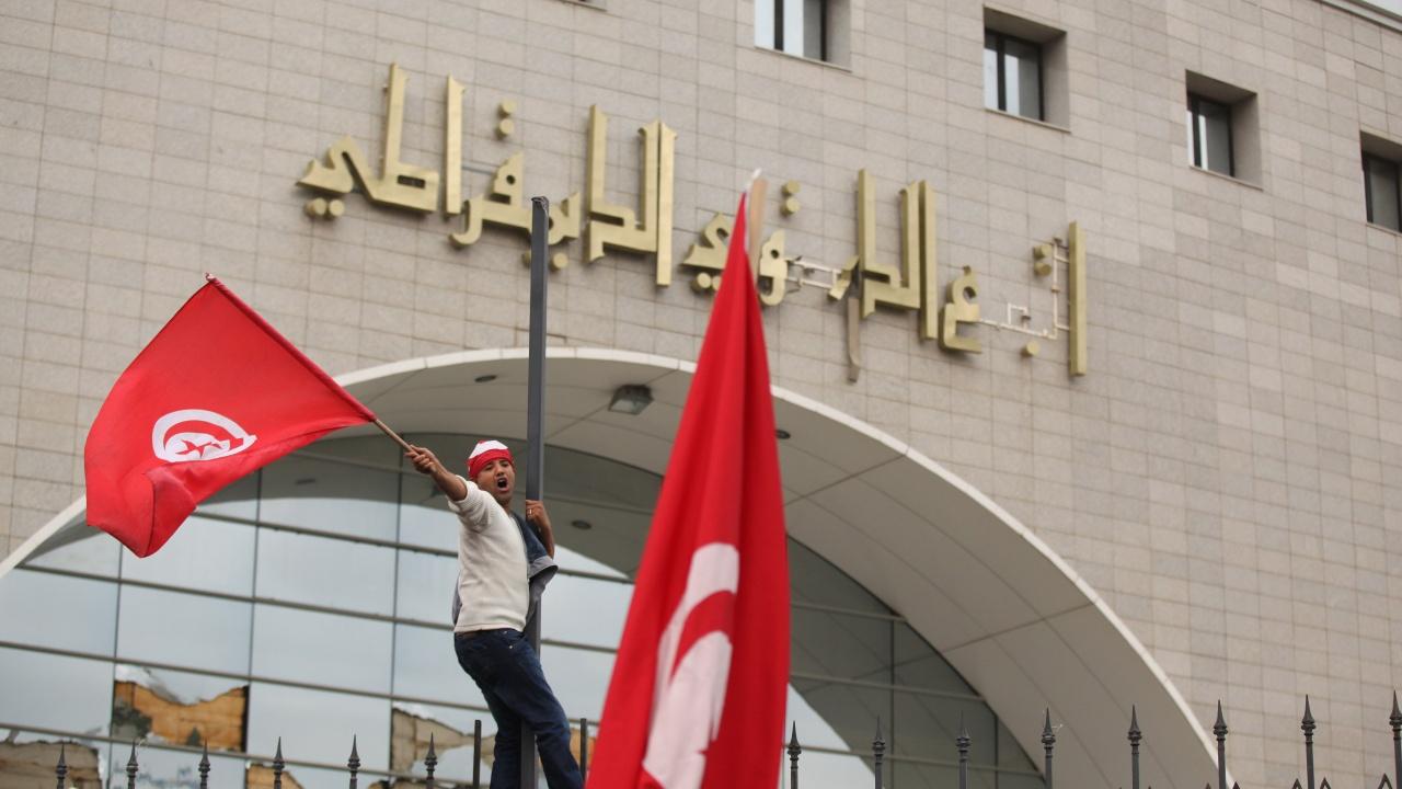 Туниският президент обеща, че няма да се превърне в диктатор