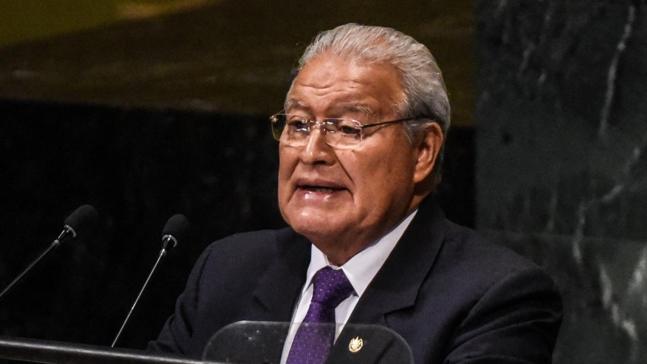 Бивш президент на Салвадор си смени гражданството, за да не го депортират