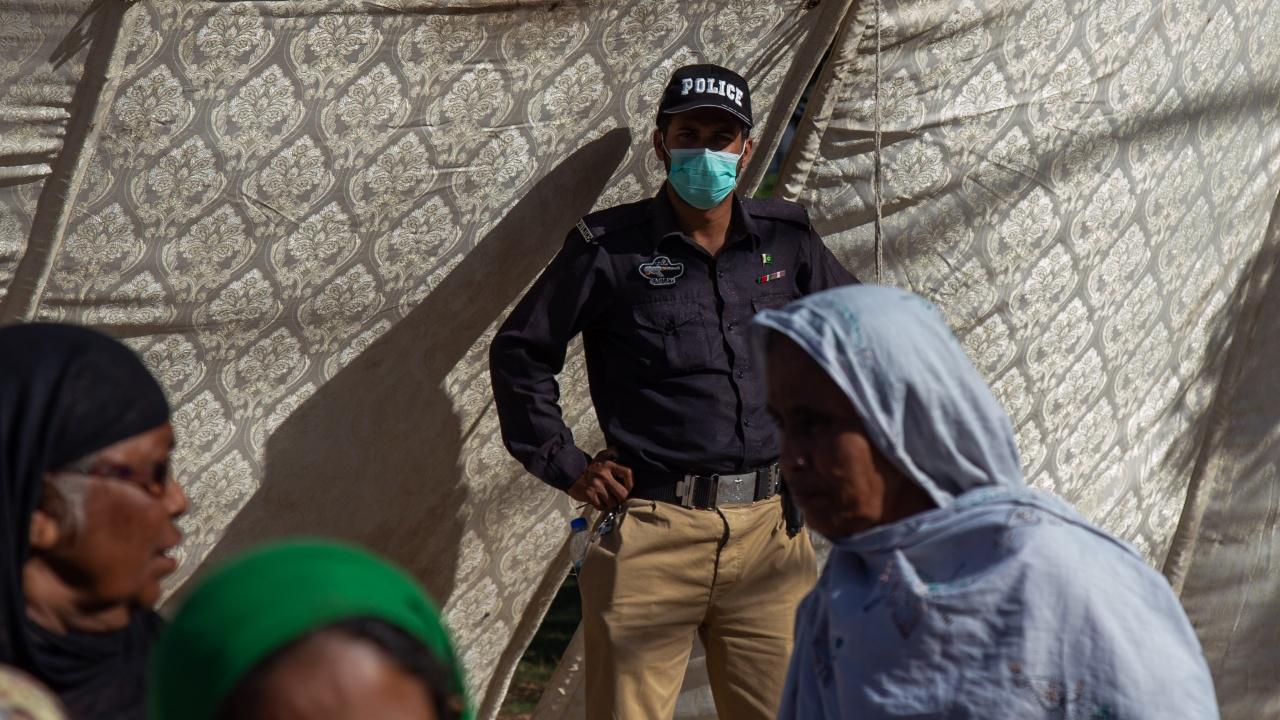 Карачи бе поставен под частичен локдаун заради големия брой новозаразени