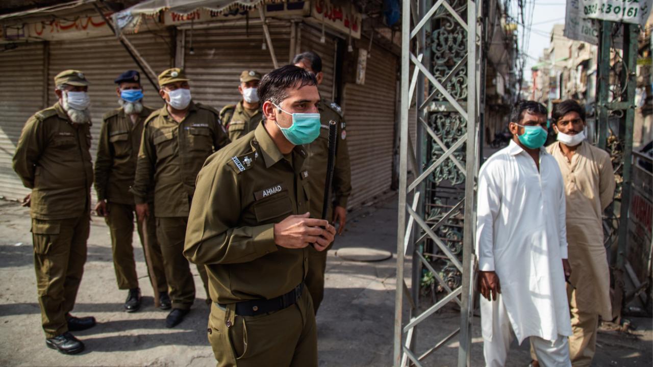 Пакистан забранява вътрешните полети за неваксинирани