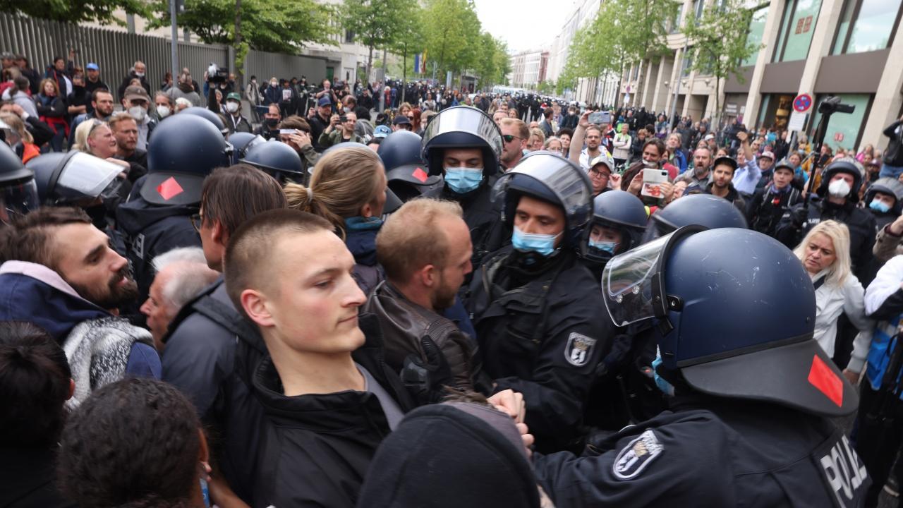 Хиляди на протест в Берлин срещу коронамерките