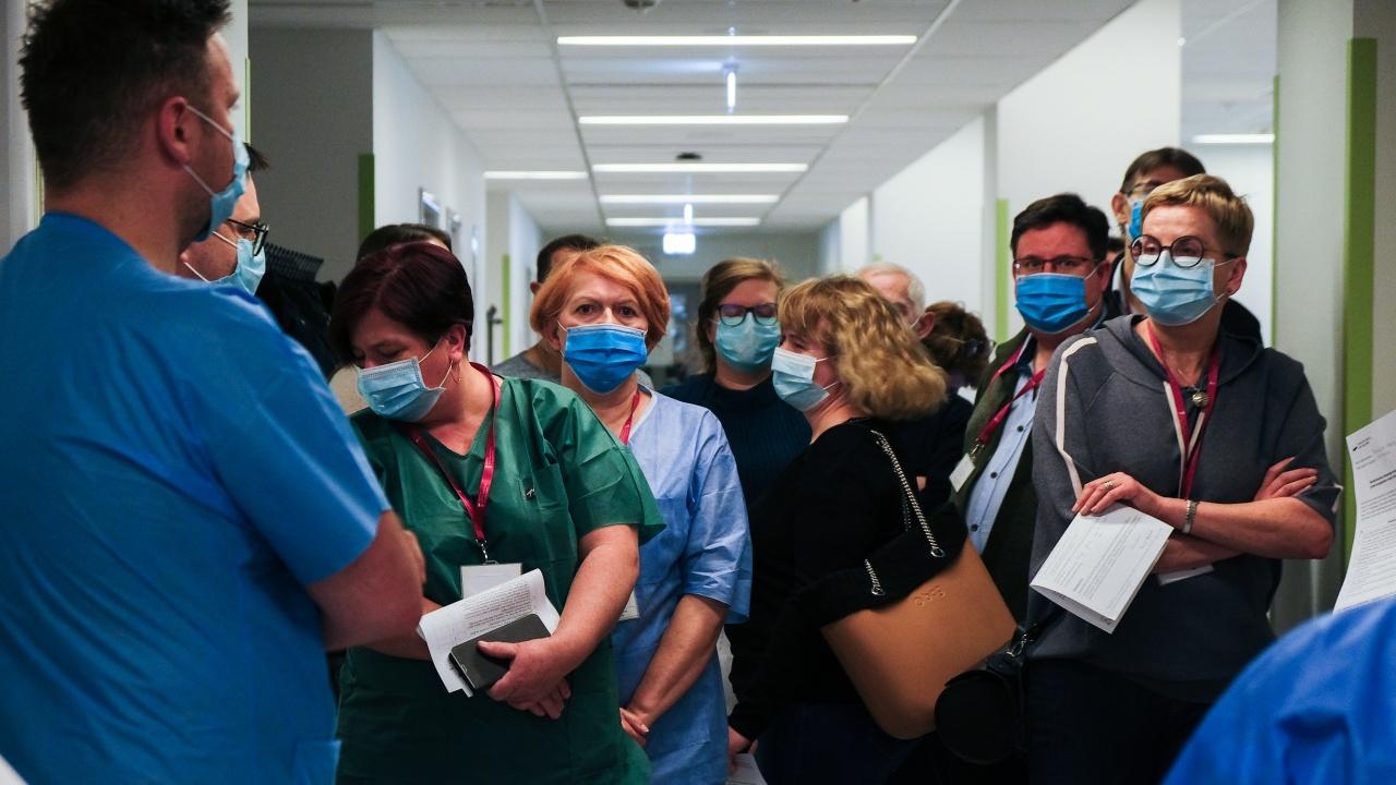 Полша въвежда допълнителна охрана на ваксинационните центрове в страната