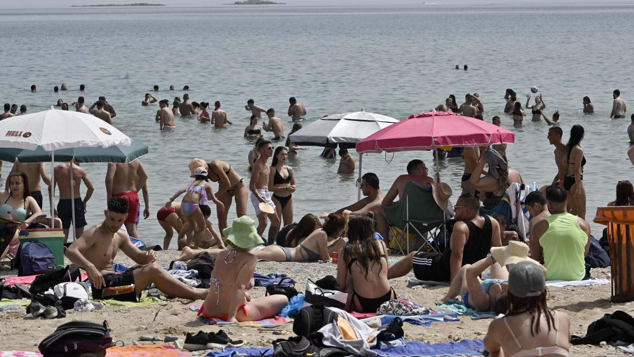 При температури от 46 градуса туристите в Гърция са на плажа от рано сутрин