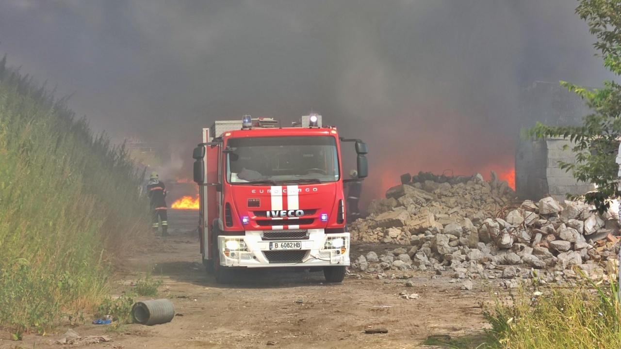 Голям пожар край Варна. Запалени гуми обгазиха близкото село