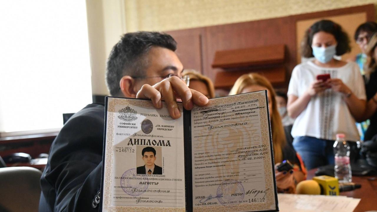 Пламен Николов си показа дипломите вместо да говори за управлението
