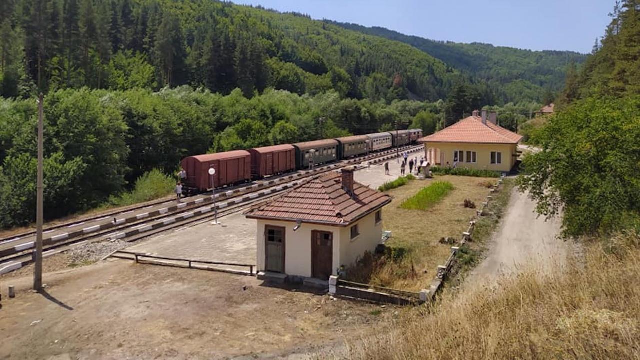 Специален туристически влак ще продължава да пътува по теснолинейката