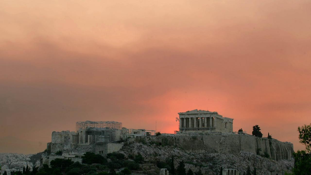 Пожарът до Атина се разраства, жителите на редица квартали напускат домовете си