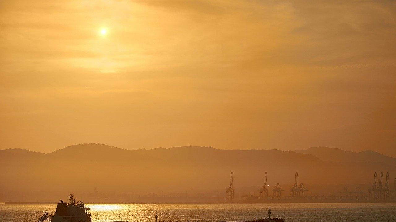 Отвлеченият в Оманския залив танкер се е насочил към иранските териториални води