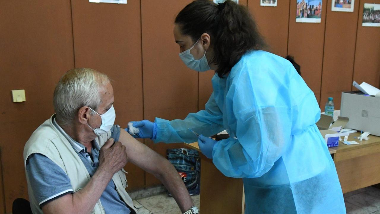 Призивите да се ваксинираме срещу COVID-19 продължават