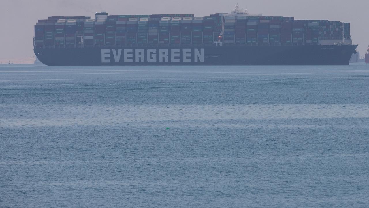 """""""Евър Грийн""""- корабът, предизвикал най-голямото задръстване в историята на корабоплаването, акостира на британския бряг с четири месеца закъснение"""