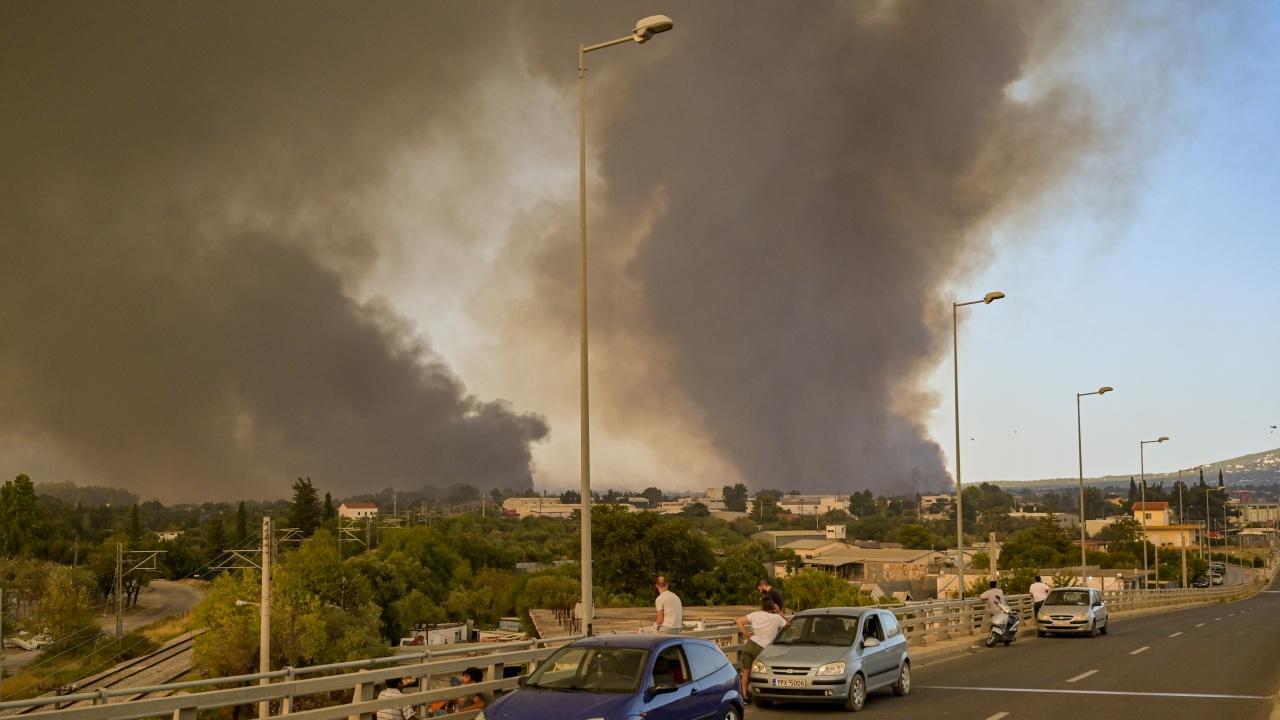 Хиляди евакуирани от предградия на Атина заради голям пожар
