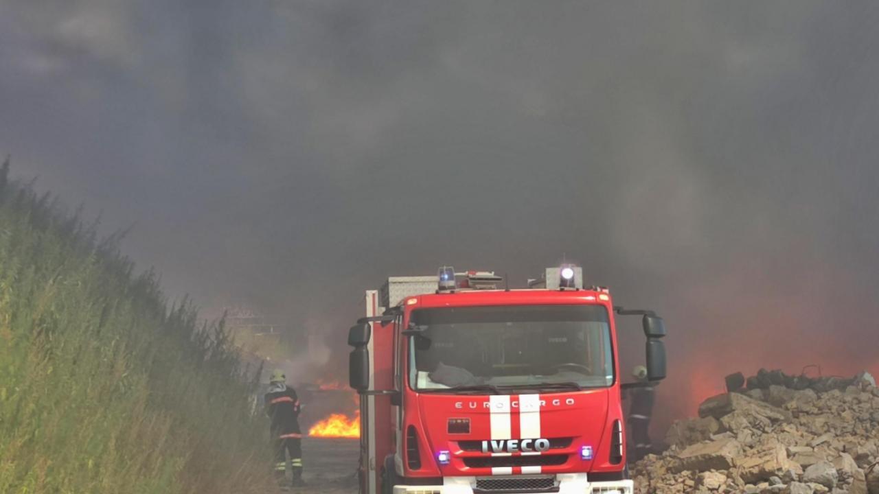 Голям пожар гори край Старосел, евакуират хора