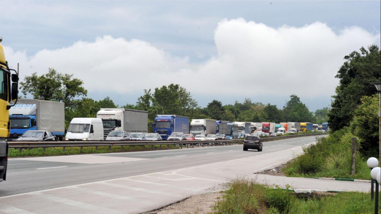 """Утре за около час ще бъде ограничено движението по участък от автомагистрала """"Хемус"""""""