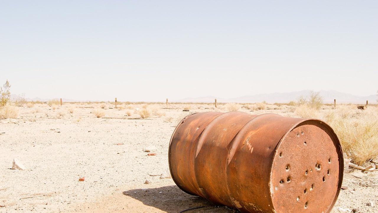 Петролът Брент поевтиня за кратко под $ 70 за барел за пръв път от две седмици