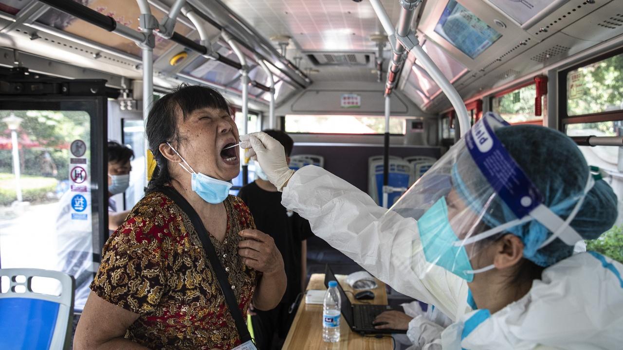 Китай за първи път съобщи за намаляване на случаите на местно заразяване с COVID-19 тази седмица