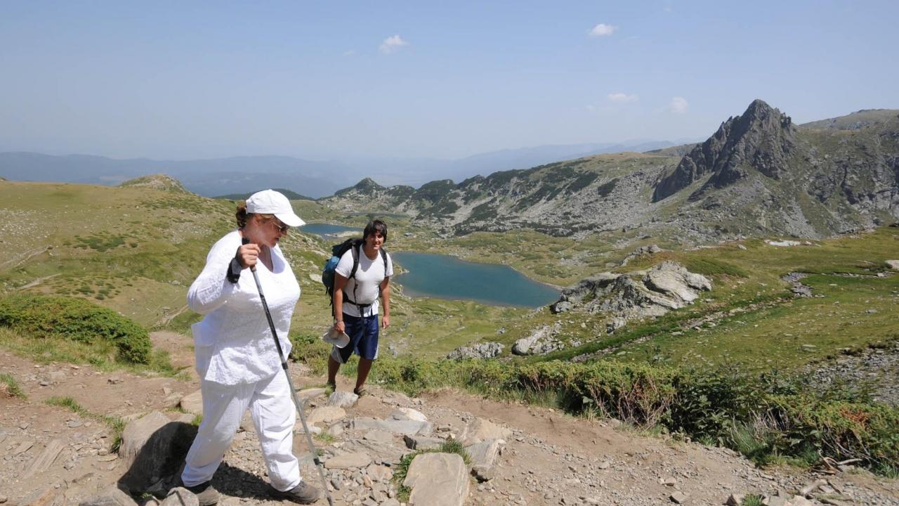 """Директорът на парк """"Рила"""" разпореди проверка по информация за къпещи се в езеро Окото туристи"""