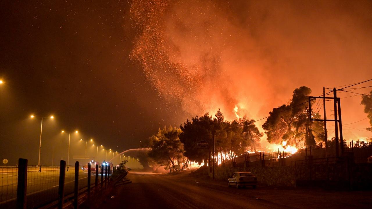 Частично овладяха големите пожари в предградията на Атина