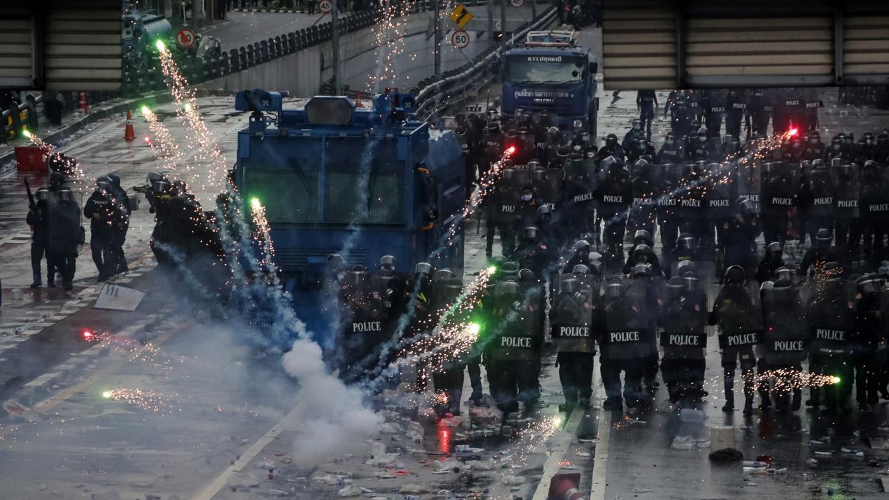 Антиправителствени демонстранти влязоха в сблъсък с полицията в Банкок