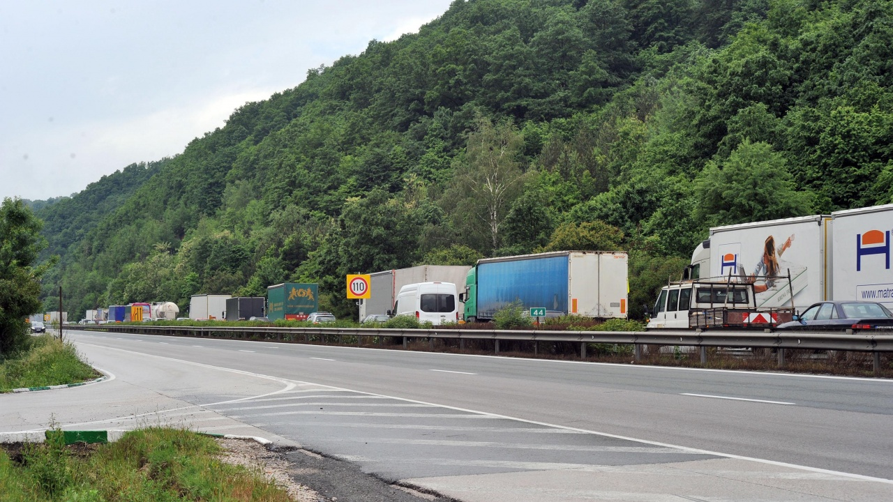 """Ограничават движението на тежкотоварни автомобили над 12 т по АМ """"Хемус"""""""
