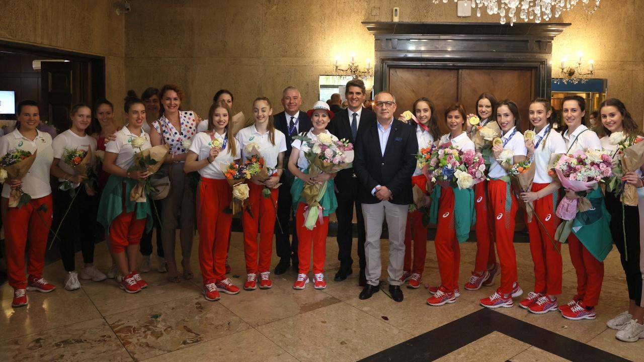 Министър Кузманов посрещна олимпийските шампионки от ансамбъла по художествена гимнастика
