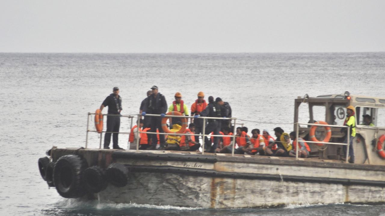Около 40 мигранти бяха спасени в Ламанша, след като лодката им се преобърна