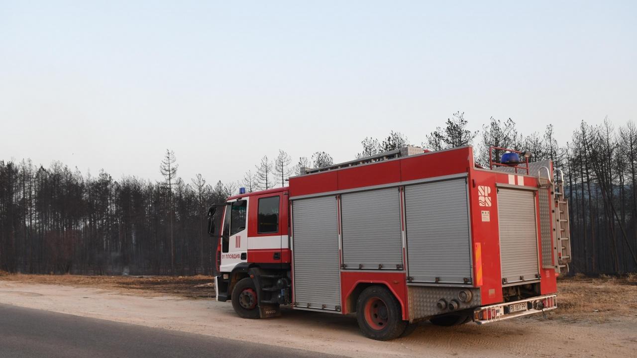 Пожарът над Югово застрашава къщите, засега обаче не се предвижда евакуация