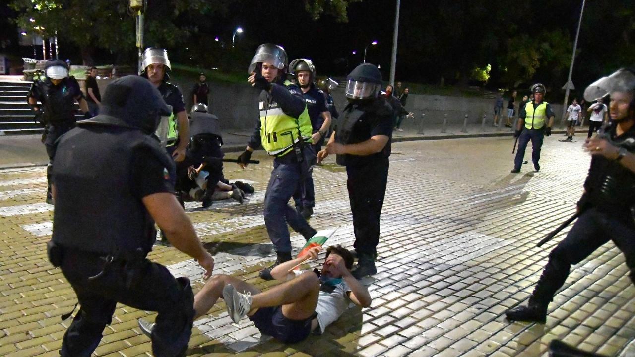 Кой е наказаният полицай за насилие над протестиращи?