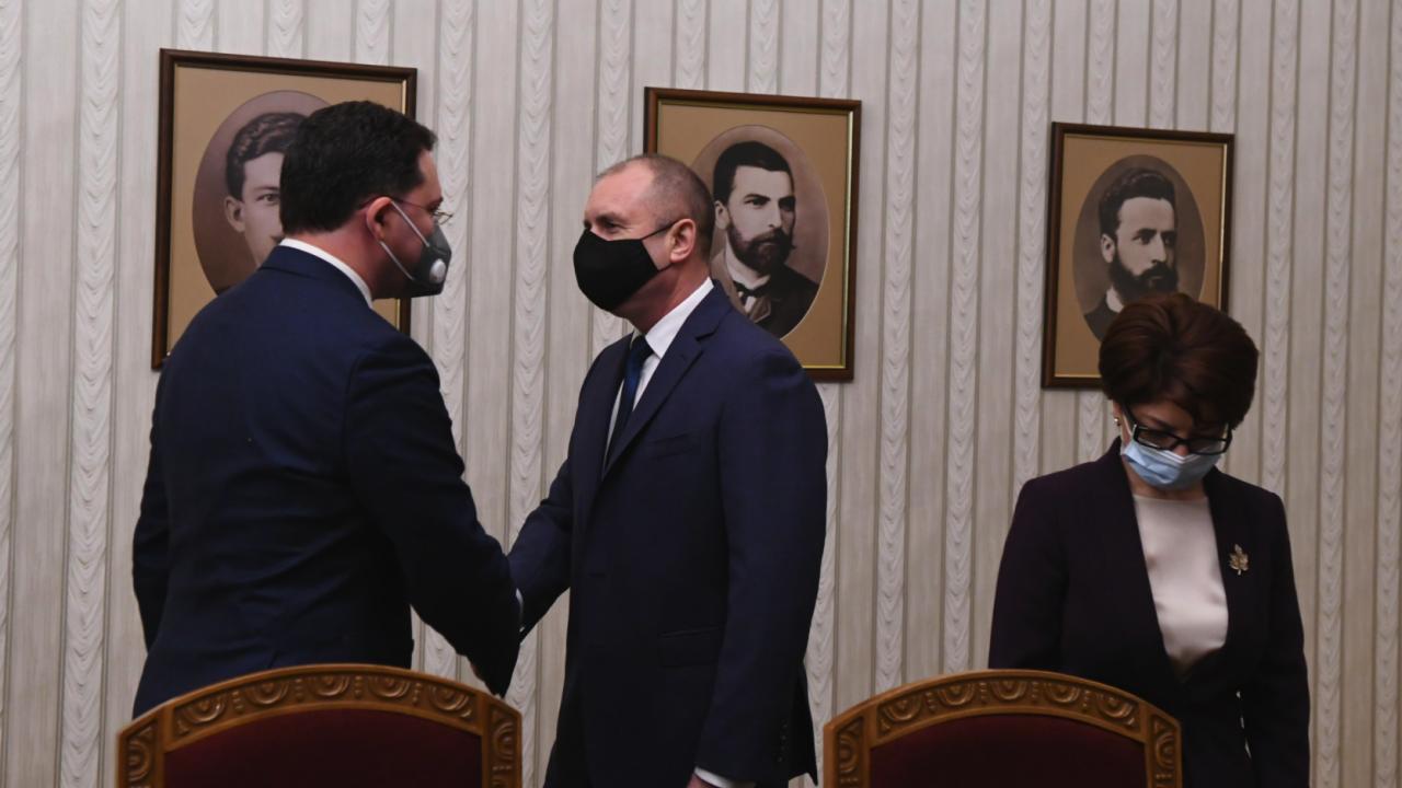 Днес президентът Румен Радев връчва втория мандат на ГЕРБ-СДС