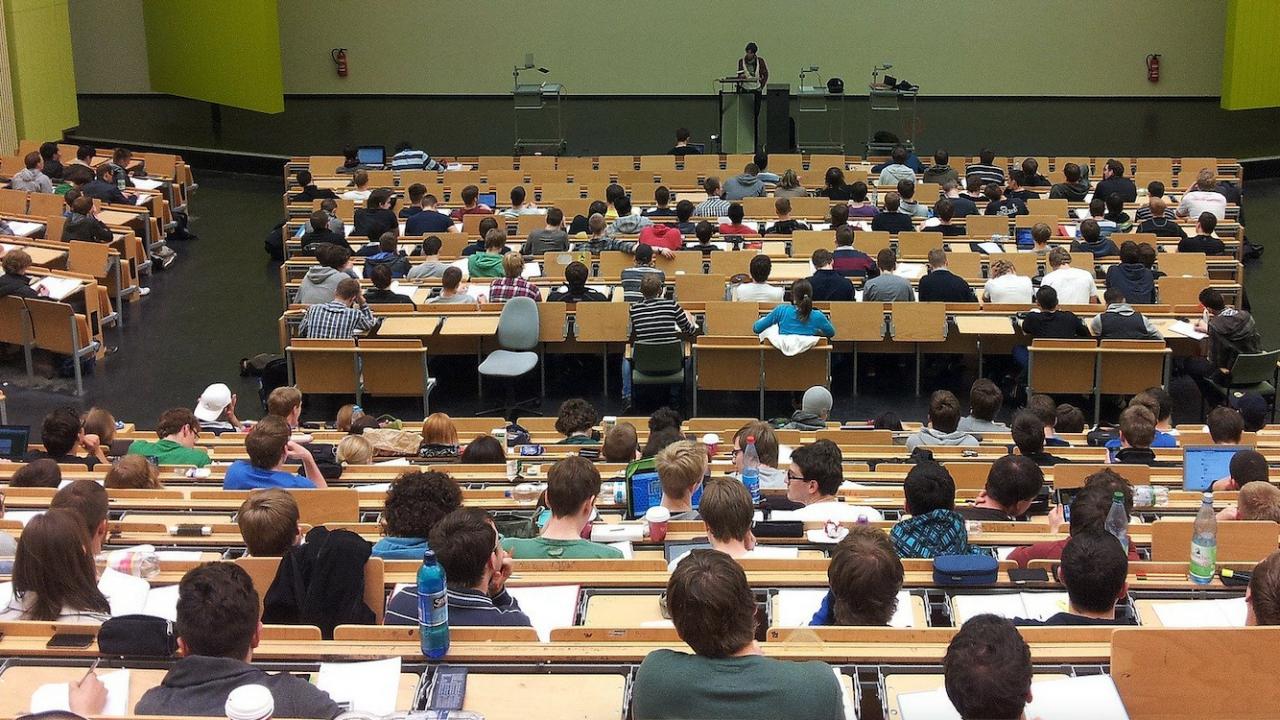 На лекции в Медицинския университет в Пловдив: Ваксиниран, преболедувал или с тест