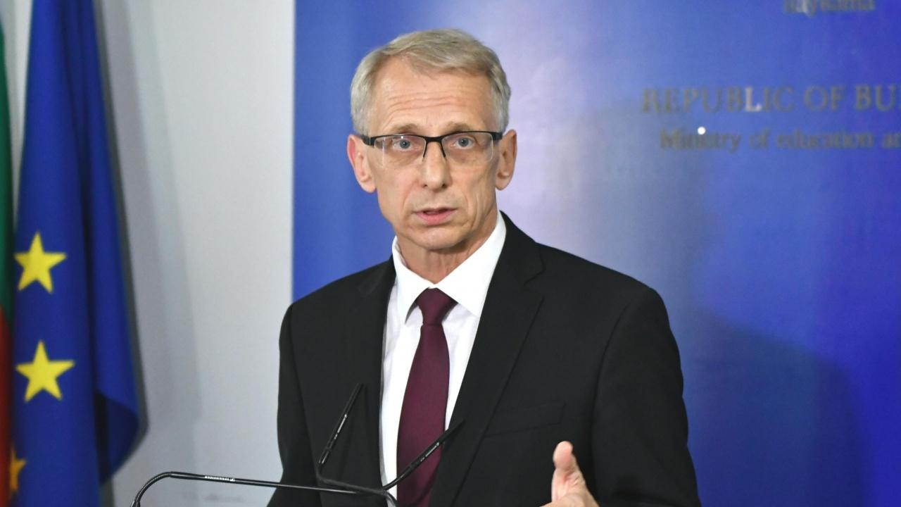 Министър Денков обясни при колко заболели ученици ще се преминава към дистанционно обучение