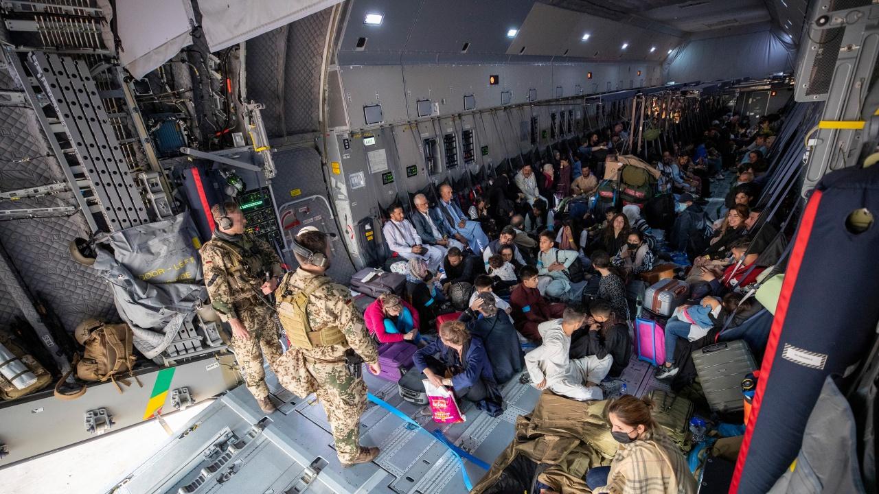 Бежанци от Афганистан пристигнаха в Уганда