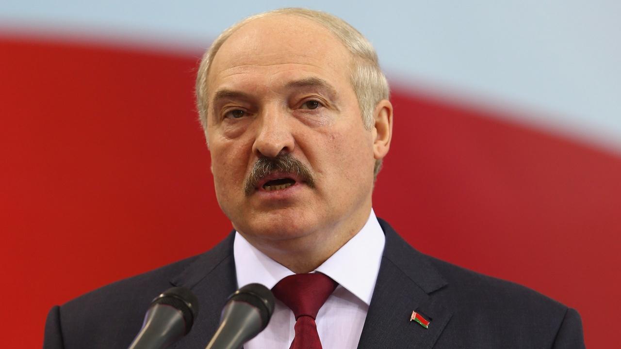 Александър Лукашенко гледа дини