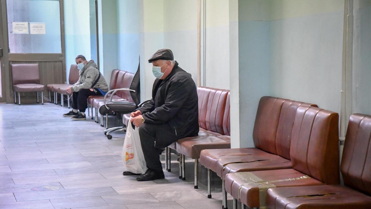 Пациенти с COVID-19 прекараха часове наред в коридора на болницата в Пазарджик