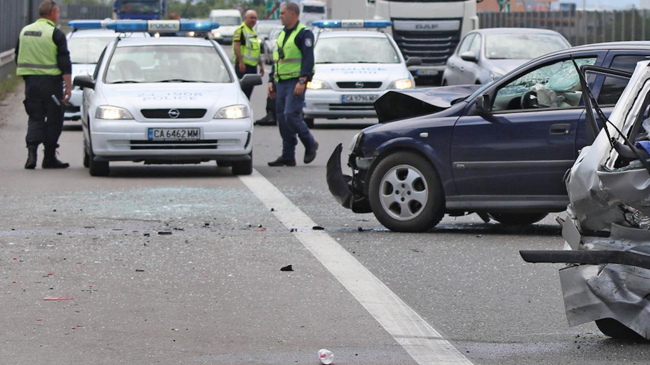 Тежка катастрофа затруднява движението по пътя София- Варна