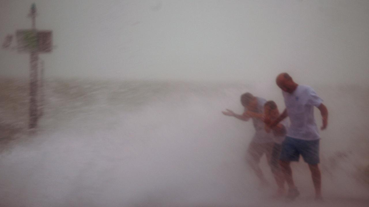Ураганът Нора връхлетя мексиканския бряг със силни дъждове и ветрове