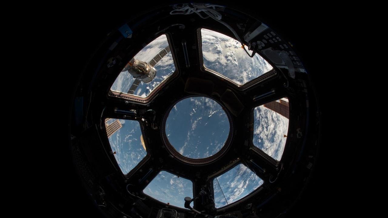"""Космическият кораб """"Дракон"""" се скачи с МКС"""