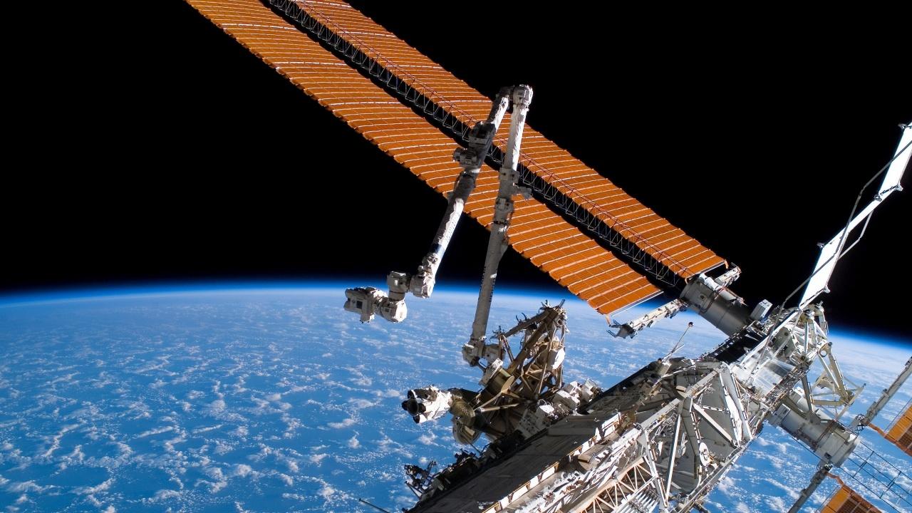 Космонавти откриха нови пукнатини на МКС