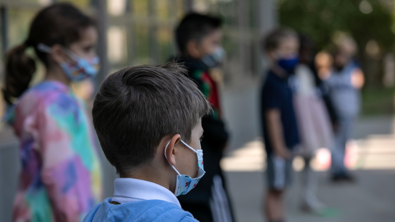МОН: Никога не сме искали задължително носене на маски в детските градини