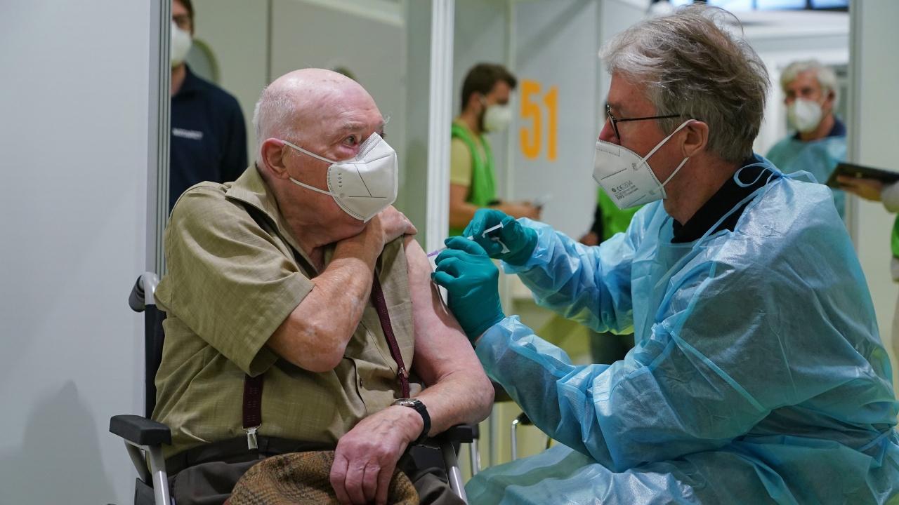 Германия започва да поставя трета доза ваксина на хората над 60 години