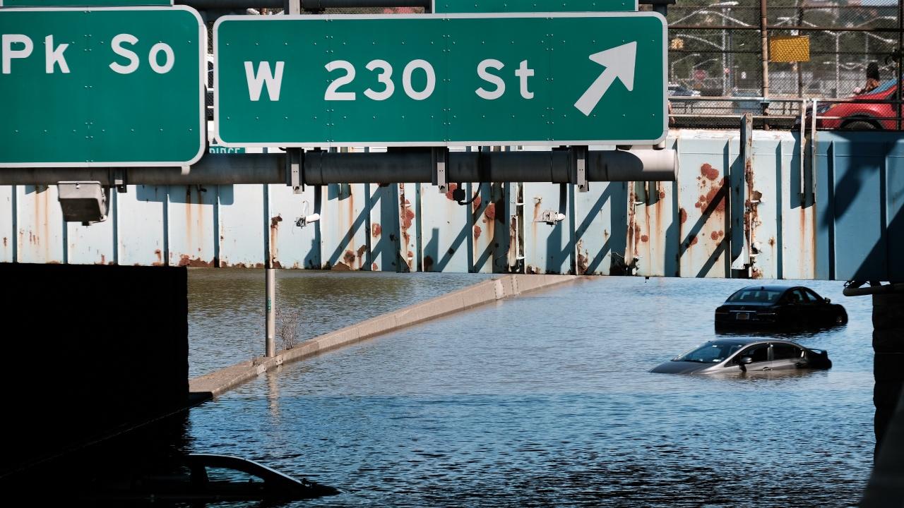 Ураганът Айда причини смъртта на най-малко 13 души в Ню Йорк и района