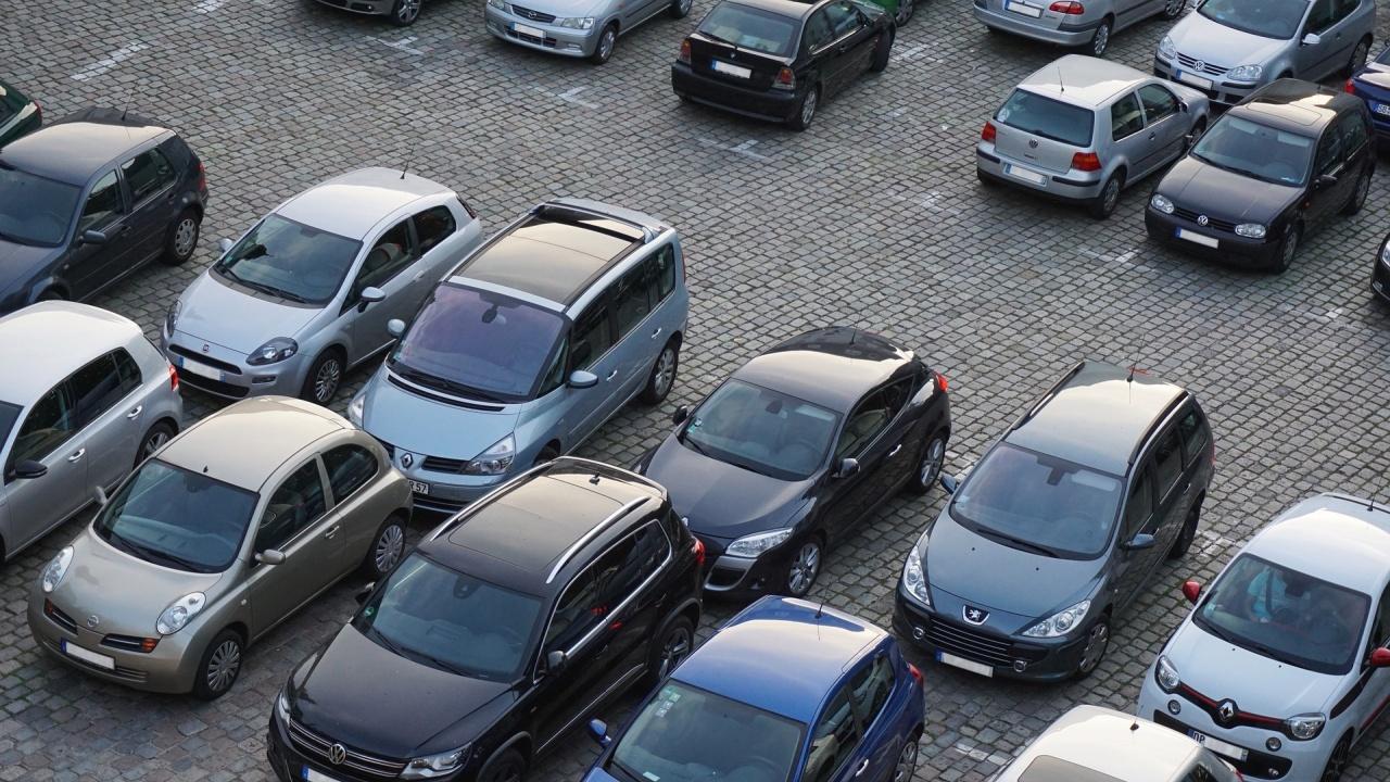 Десетки глобени заради паркиране пред блок в София