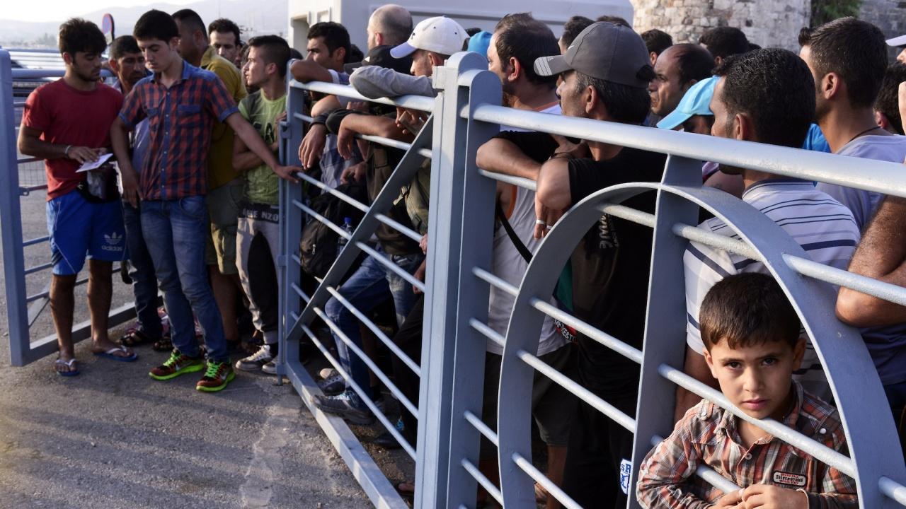 Евакуиран е мигрантски лагер пред административна сграда в Париж