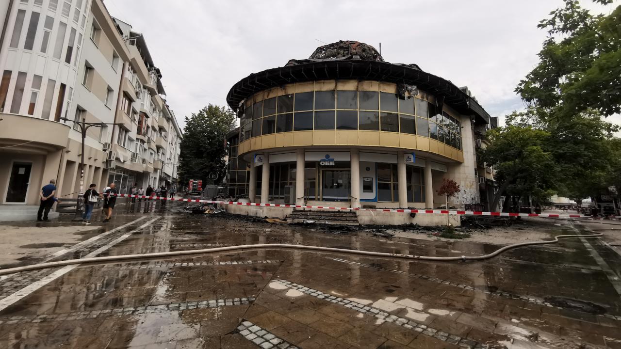 Шефът на пожарната в Благоевград с последна информация за пожара в центъра на града