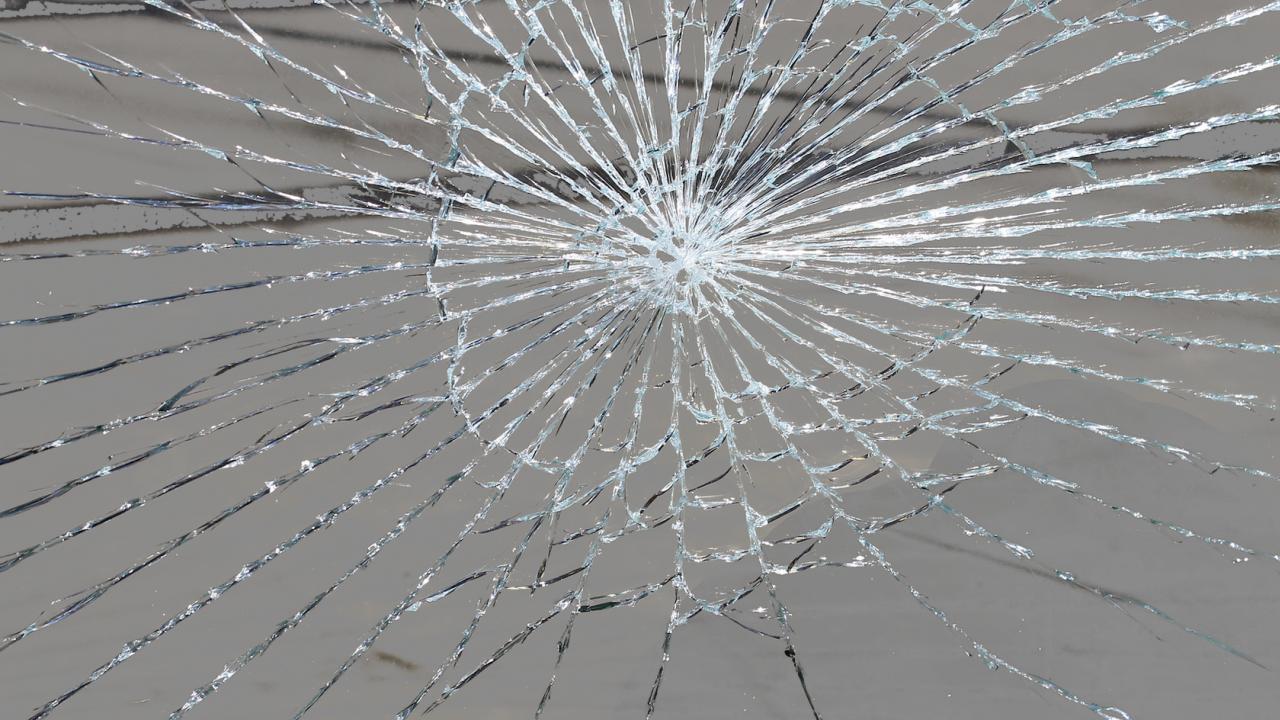 Пиян мъж потроши стъклата на 4 патрулки в Шумен
