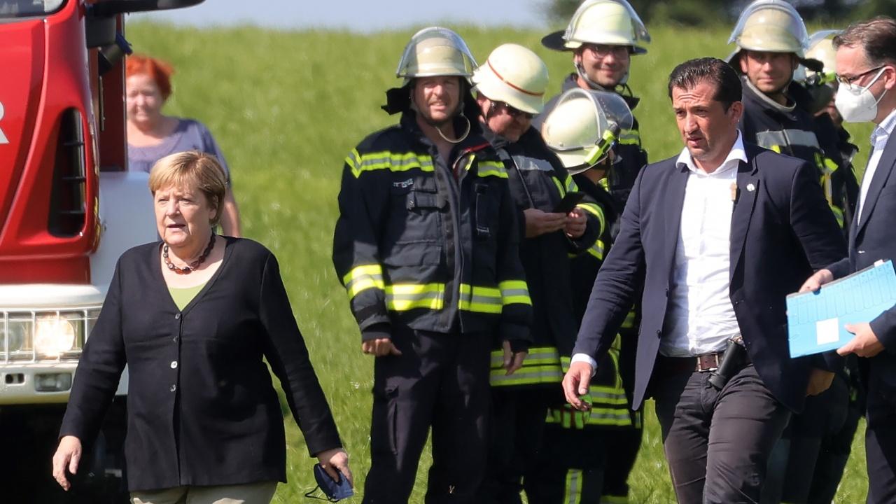 Меркел се срещна с пожарникари в пострадалата от наводненията провинция Северен Рейн-Вестфалия