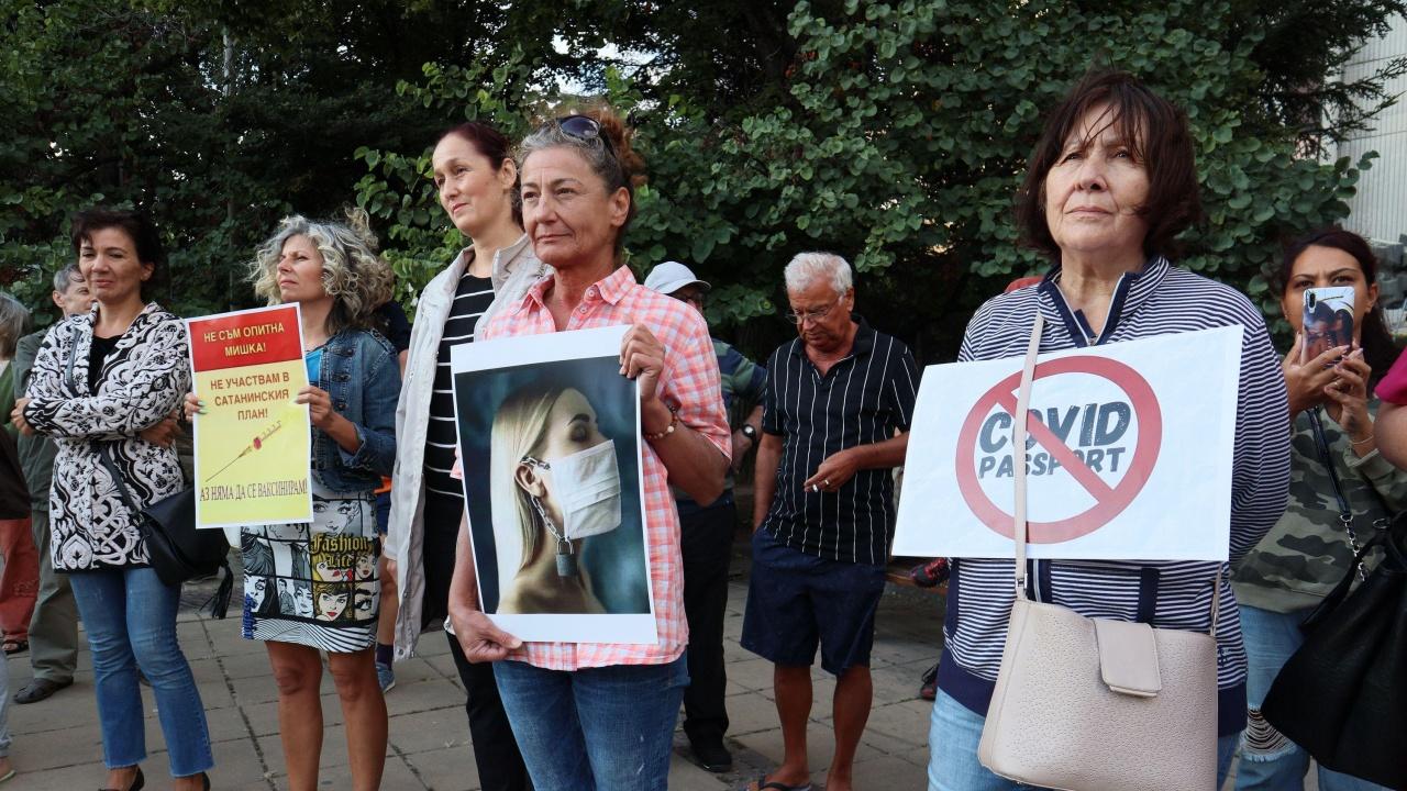 Десетки се събраха на протест във Варна срещу COVID мерките