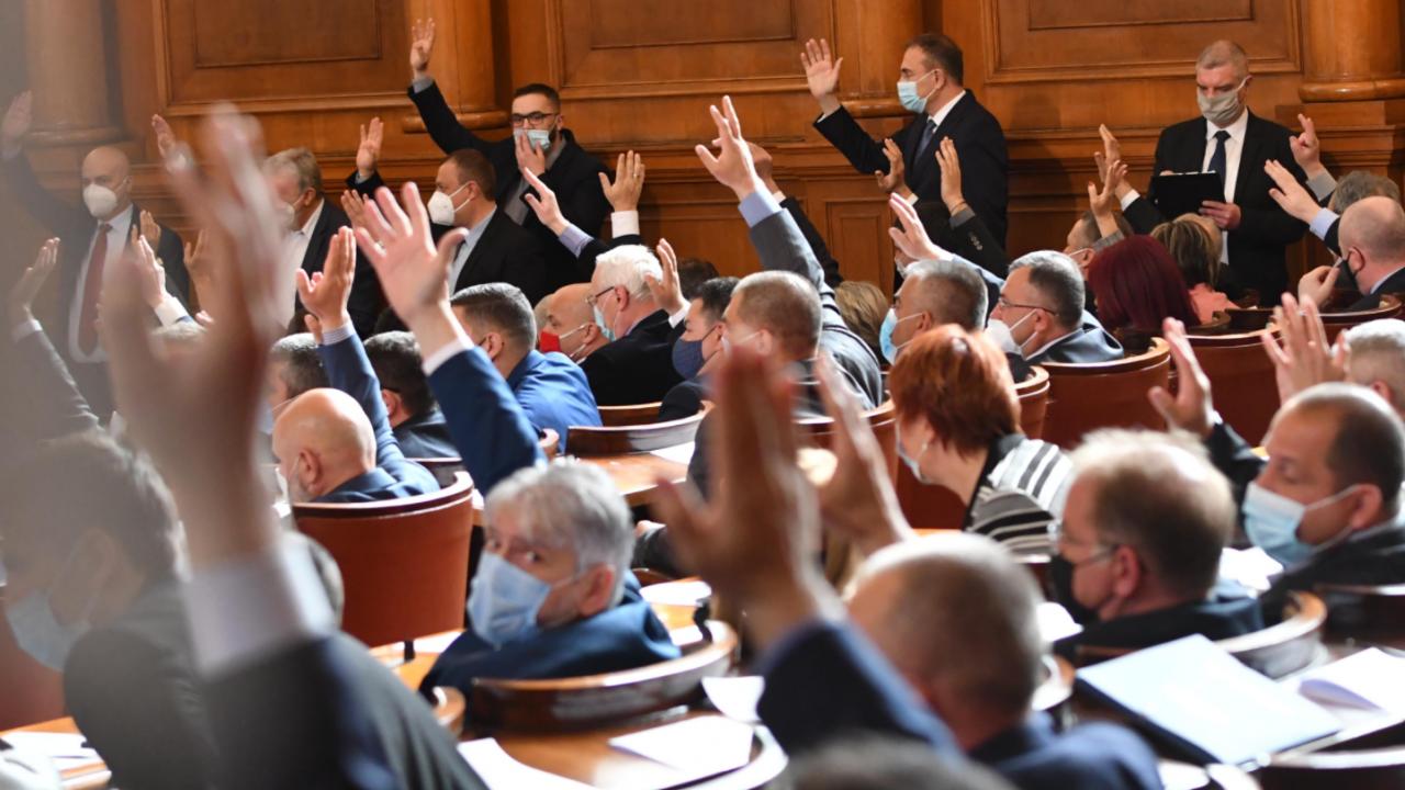 Депутатите удължиха работното си време до приемането на бюджетите на НЗОК и ДОО